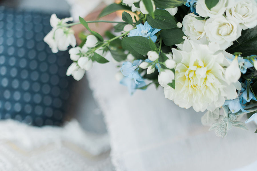romantic-flowers-blue-white-green-inspiration