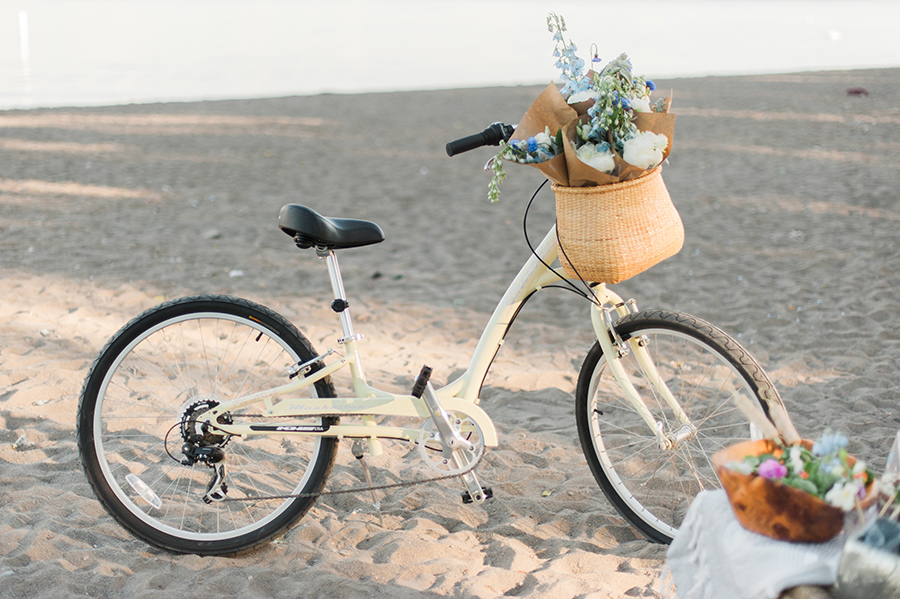 vintage-style-cruiser-bikes-with-basket-for-flowers