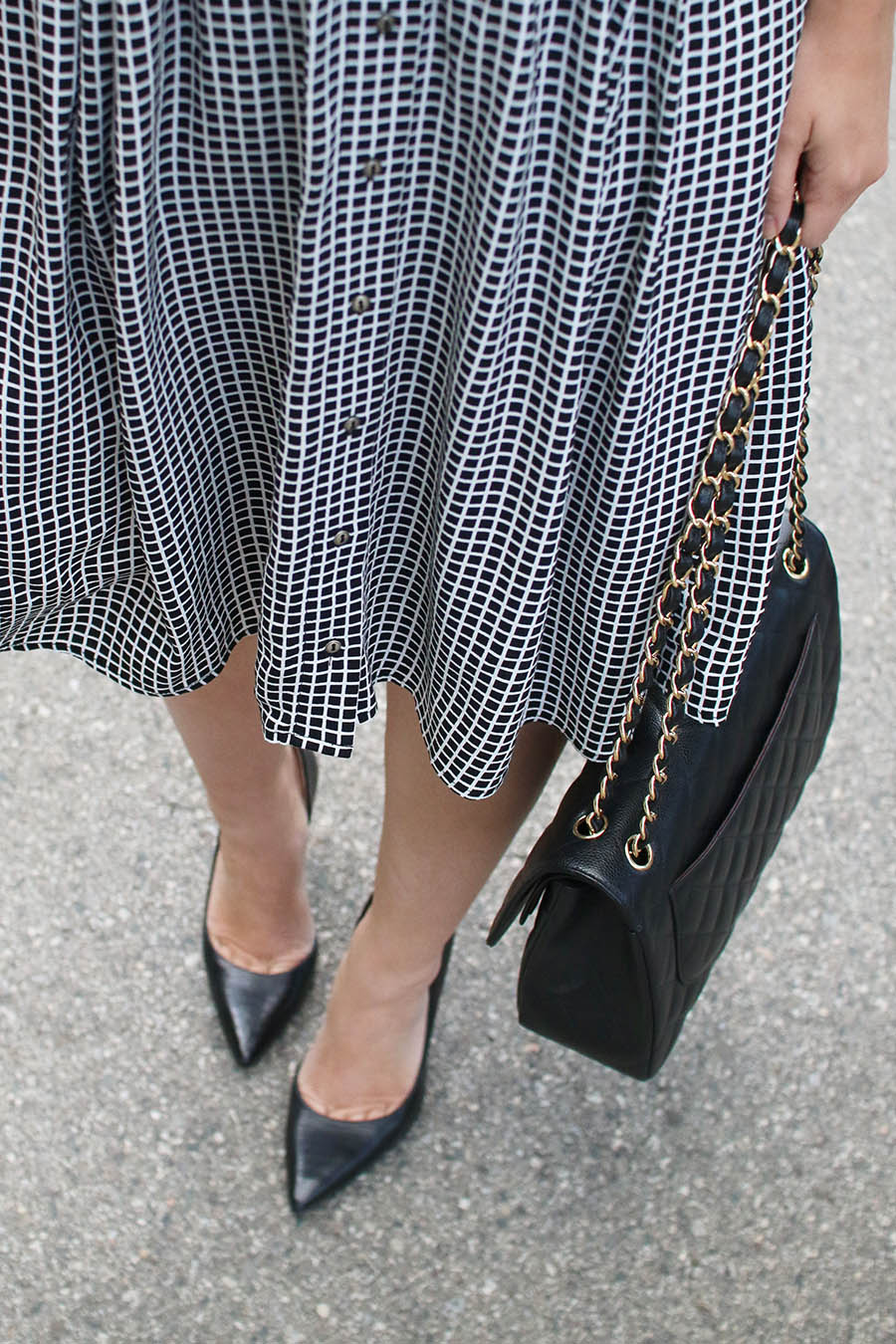 black-pumps-handbag-and-midi-skirt